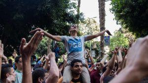Egyptin hallitusta vastustavat mielenosoittajat huusivat iskulauseita Kairossa 25. huhtikuuta.