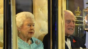 Kuningatar Elisabet II ja prinssi Philip saapuivat juhlailtaan hevosvaunuilla.