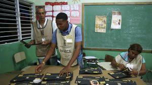 Vaalityöntekijät laskevat ääniä Dominikaanisessa tasavallassa.