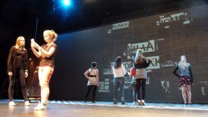 Kemin kaupunginteatterin nuorisolinjan näyttelijöitä Too School for Cool -näytelmässä