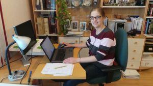 Minna Haavisto siirsi työt kotiinsa, koska kärsi työpaikan sisäilmasta.  Tietokoneella. Minna Haavisto on Satakunnan vihreiden toiminnanjohtaja.