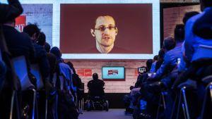 Tietovuotaja Edward Snowden puhui CeBIT- tietokonemessuilla Saksan Hanoverissa viime vuonna.