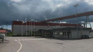 UPM:n Kaipolan tehtaalla lippu tangossa työtapaturmassa kuolleen muistoksi.