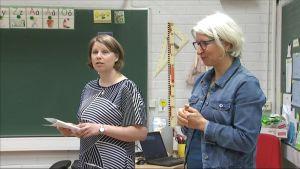 Luokanopettaja Katja Tammelin ja erityisluokanopettaja Jaana Keski-Levijoki pitävät oppituntia yhdessä.