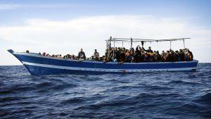 Satoja Afrikasta Eurooppaan pyrkiviä sulloutui kalastajaveneeseen Libyan rannikon edustalla