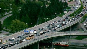 Autoja ruuhkassa Koskelantiellä.
