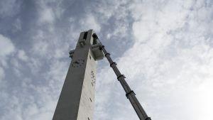 45 000 kiloa painava nosturi nostaa julkisivuremonttia tekevän työmiehen noin 60 metrin korkeuteen Lakeuden Ristissä.