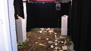 Taina Riikosen ääni-installaation osana on puistosta kerättyä roskaa ja Talvivaaran kaivosalueelta tuotua liejua.