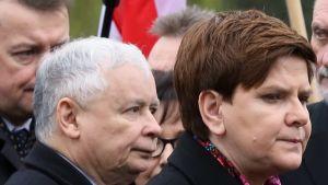 Beata Szydło ja Jarosław Kaczyński hyvin tiukan näköisinä.