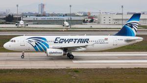 EgyptAirin Airbus A320-tyypin kone Istanbulin lentokentällä.