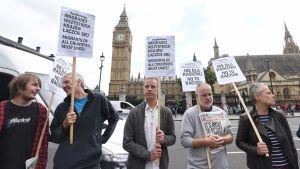 Puolalaiset siirtotyöläiset osoittavat mieltään rasismia vastaan. Lontoo 2015.