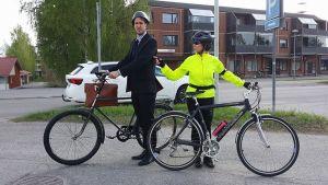 Testipyöräilijät lähdössä kiertämään Säkylän Pyhäjärveä.