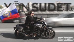 Yön susien johtaja Kirurgi ajaa moottoripyörällä.