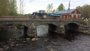 traktori sillalla