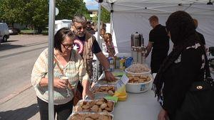 Kotka-päivän kävijöitä jonottamassa ilmaisia leivonnaisia.