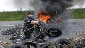Mielenosoittajat rakensivat palavaa tiesulkua Pohjois-Ranskassa perjantaina 20. toukokuuta.