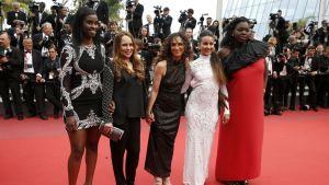 Divines-elokuvan näyttelijöitä ja ohjaaja Houda Benyamina (kesk.) Cannesin elokuvajuhlilla.