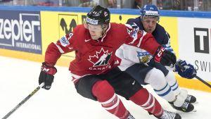 Kanadan Morgan Rielly ja Suomen Leo Komarov loppuottelussa.