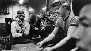 Ruotsinsuomalaisia miehiä tauolla pelaamassa korttia.
