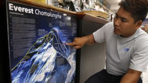 Nepalilainen Pemba Sherpa näyttää kartalla, missä kohtaa hollantilainen ja australialainen kuolivat.