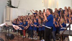 Pekka Simojoki lauloi yhdessä Solina-kuoron kanssa uuden levyn lauluja.