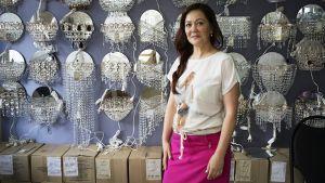 Myyjä Olga Kozina suunnittelee poismuuttoa Gus Hrustalnyin kaupungista, sillä kristallikruunujen myynti ei enää elätä.
