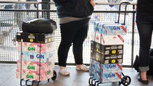 Matkustajilla olut- ja lonkerolavoja