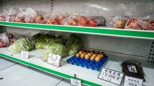 vihanneksia ja munia kaupan hyllyssä