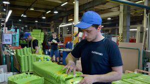 munakennoja pakataan tehtaassa