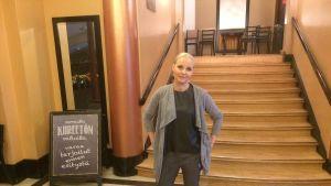 Anna-Elina Lyytikäinen Tampereen Teatterin aulassa