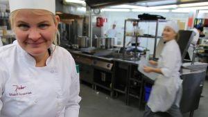 Ravintola Perhon vuoromestari Maarit Aurasmaa viimeistelee Perhon perinteistä voileipäkakkua.