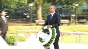 Presidentti Obama laski seppeleen muistomerkille.