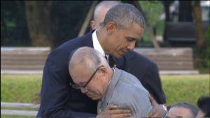 Yhdysvaltain presidentti Barack Obama halasi Hiroshimasta selvinneen veteraanin kanssa.