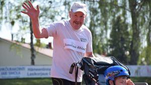 Maratonharrastaja Jukka Stolt ja juoksukärryissä oleva Lenni Jokipalo