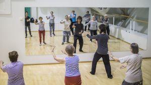 Iäkkäiden naisten ryhmä harjoittelee taijia. Harjoitukset ovat osa kaatumistutkimusta.