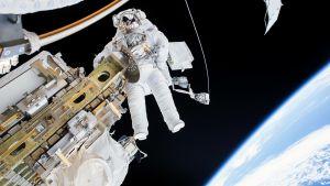 Timothy Kopra leijuu avaruudessa kansainvälisen avaruusaluksen ulkopuolella.