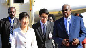 Ugandan ulkoministeri Sam Kutesa ja Etelä-Korean presidentti Park Geun-hye tapaavat Entebben kansainvälisellä lentokentällä.