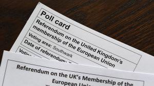 Paperi, joka kertoo äänioikeudesta ja äänestyspaikasta.