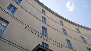 Tampereen lyseon lukion julkisivu alakantista kuvattuna.