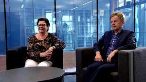 Keskustan kansaneudustajat Mauri Pekkarinen ja Aila Paloniemi Yle Jyväskylän Nettistudiossa.