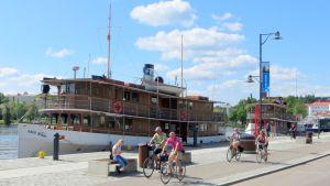 Valkokylkiset S/S Paul Wahl ja S/S Punkaharju  odottelevat matkustajia Savonlinnan Matkustajasatamassa.
