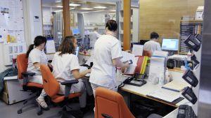 Sairaanhoitajia toimistossa.