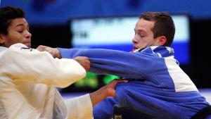 Faye Njie ottelee Belgian  Yannick Wautersia vastaan.