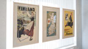 Matkailujulisteita esillä Pietarsaaren tupakkamakasiinilla