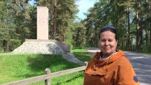 Metsätalousinsinööri Aannamari Huttunen Porrassalmen muistomerkillä  Mikkelissä.