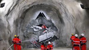 Kaivosmiehet seuraavat rautatietunnelin porausta Gotthardin tunnelityömaalla.