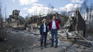 Kanadan pääministeri kävelee palon tuhoamilla raunioilla Albertan osavaltion pääministerin kanssa.
