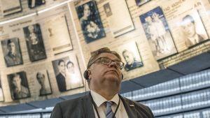 Ministeri Timo Soini kuvattuna Israelin vierailunsa aikana Yad Vashem -holokaustimuseossa Jerusalemissa 1. kesäkuuta 2016.