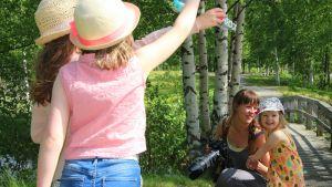 Miia Laurila kuvaamassa lapsiaan. Aivan Miian vieressä 3-vuotias Elli-tytär.