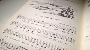 Nälkämaan laulu kuului kouluissa käytettyyn, vuoden 1975 Tie musiikkiin -laulukirjaan.